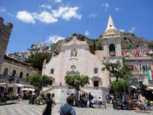 正面には、サン・ジュゼッペ教会があります。