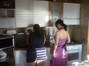 ホームステイでマンマから料理を教わる