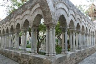 二重の柱とアーチによって形成された回廊。