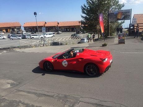 エトナでフェラーリショーに遭遇