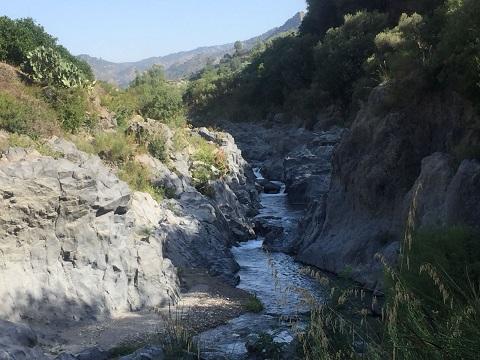 玄武岩プリズムの眺めが素晴らしいアルカンタラ渓谷