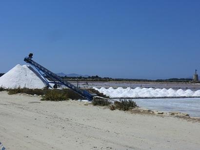 トラパニの塩田で塩山が見れる季節になりました