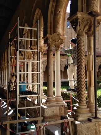 モンレアーレの修道院回廊の修復進行中